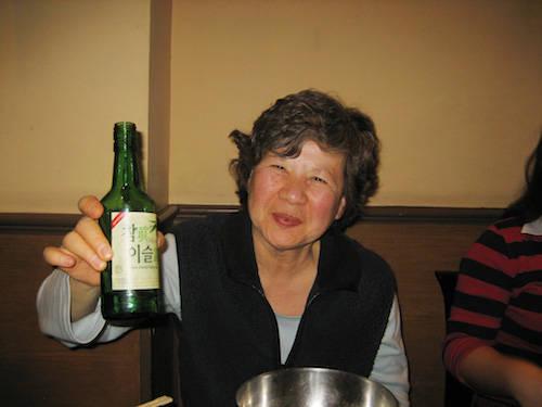 Soju được xem như quốc tửu của người Hàn. Tuy nhiên việc uống rượu cũng có những quy tắc nghiêm ngặt như: không bao giờ tự rót rượu cho mình và khi rót rượu cho người lớn tuổi hơn, đặt một tay trên ngực trái như biểu hiện của sự tôn trọng. Ảnh: Eugene Kim.