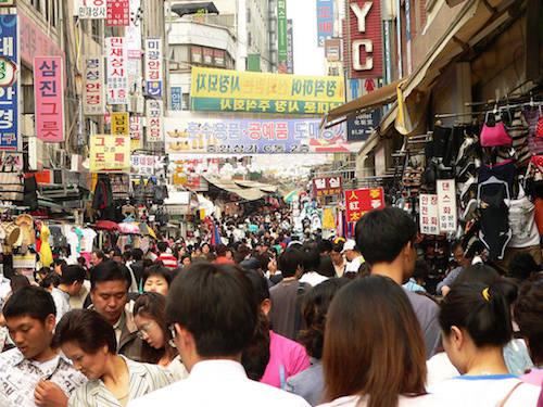 Các thành phố ở Hàn Quốc thường rất đông đúc, vì thế hãy coi việc bị xô đẩy hay va cùi chỏ vào người là điều bình thường. Ảnh: Craig Nagy.