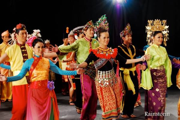 Malaysia là một quốc gia đa văn hoá, có nền tảng từ Trung Quốc và Ấn Độ. Ngoài người Malay, Malaysia còn có lượng lớn dân tộc khác nhau (đặc biệt trên đảo Borneo) với ngôn ngữ riêng. Nhờ đó, Malaysia là tập hợp của sự đa dạng trong ngôn ngữ, ẩm thực và các nền văn hoá. Ảnh: Rainstorm.