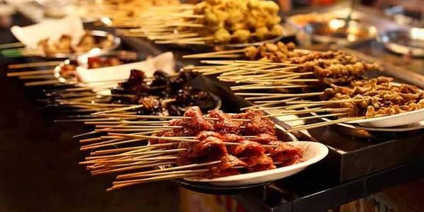 Malaysia cũng là trung tâm của ẩm thực đường phố với các món ăn mang hương vị từ Ấn Độ, Trung Quốc, Philippines và Singapore. Tuy nhiên, lựa chọn nhà hàng cho các bữa ăn không phải một ý hay do chất lượng không đồng đều và dịch vụ còn khá kém. Ảnh: Intrepid travel.