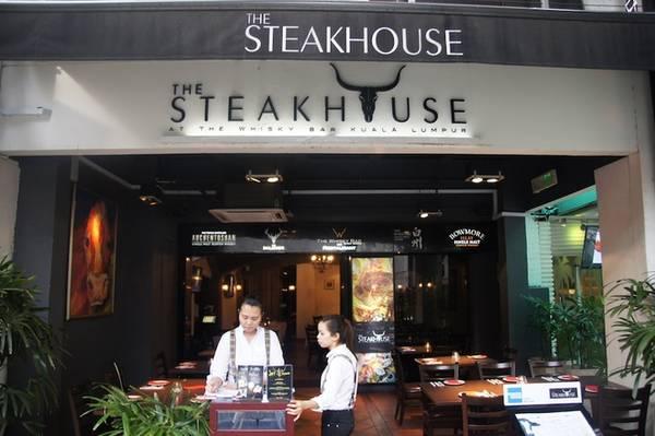 Đừng ngạc nhiên nếu bạn đến nhà hàng steak nhưng lại chỉ được phục vụ thìa và dĩa. Người Malaysia thường ăn bằng tay (giống Ấn Độ) và đó là lý do họ không chuẩn bị dao cho thực khách. Ảnh: Time Out.