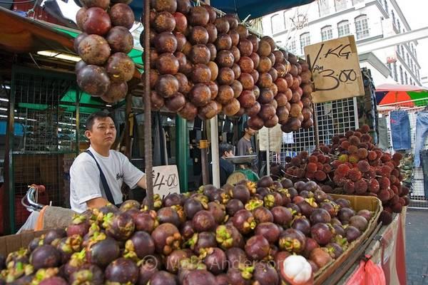 """Bên cạnh sầu riêng khá kén người ăn, măng cụt lại được đa số khách nước ngoài yêu thích với danh hiệu """"Nữ hoàng trái cây"""" ở Malaysia. Nhiều người cho rằng việc ăn quá nhiều sầu riêng sẽ bị nóng, do đó măng cụt là lựa chọn tuyệt vời nhờ khả năng giảm nhiệt bên trong, giúp cơ thể sảng khoái và dễ chịu hơn. Ảnh: Marc Andersion."""