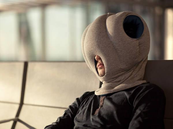 Gối ngủ rất quan trọng với các chuyến đi dài nhưng với một chiếc gối kín toàn tập thế này trông bạn chẳng khác gì một zombie.