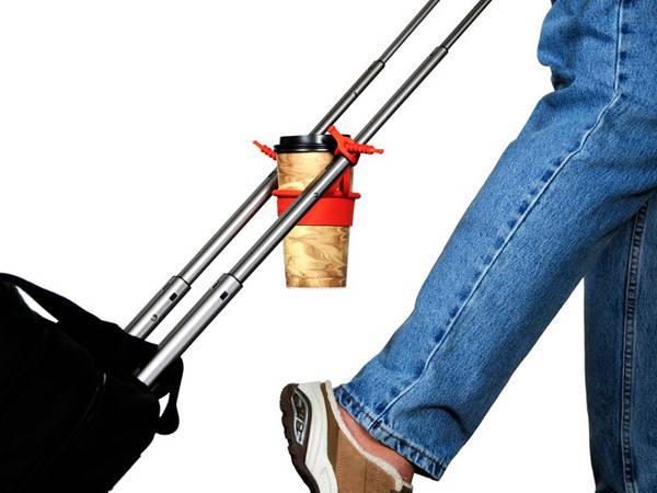 Bạn hẳn từng thấy vướng víu khi vừa phải kéo vali vừa đeo túi, vừa check in mà lại phải cầm cốc nước theo người. Vậy thì đây sẽ là giải pháp cho bạn.