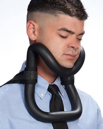 Chiếc giá đỡ cằm này sẽ rất hữu ích khi bạn cảm thấy buồn ngủ khi trên tàu điện ngầm, xe bus hay máy bay, nó sẽ giữ cho cổ bạn luôn thẳng với xương sống, do đó sẽ không cảm thấy mỏi nữa.