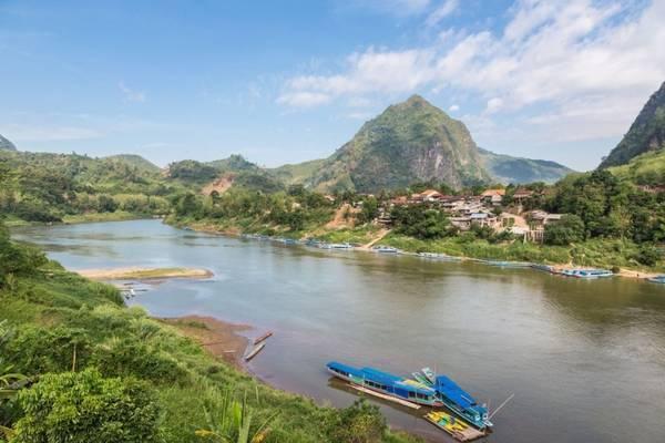 Lào: Thường bị các nước láng giềng như Thái Lan và Việt Nam làm lu mờ, Lào đã trở thành tâm điểm khi Barack Obama là tổng thống Mỹ đầu tiên đến thăm nước này. Lào có rất nhiều chùa chiền cổ, những ngôi nhà sàn, ruộng lúa, những ngọn núi được rừng bao phủ. Ảnh: Shutterstock/ Asia Travel.