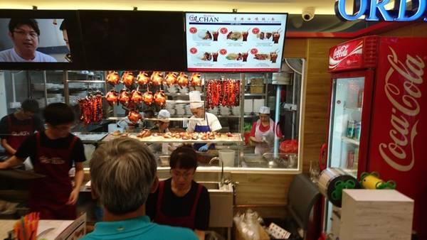Singapore: Ở quốc đảo này, du khách có thể thưởng thức một bữa ăn hạng sao Michelin với chưa đầy 2 USD. Món cơm gà Soya Sauce và quầy bán mỳ ở Singapore trở thành 2 hàng bán đồ ăn đường phố đầu tiên được gắn sao Michelin năm nay. Ảnh: TripAdvisor/ Markus B.
