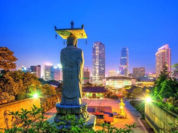 Hàn Quốc: Seoul đang ở giai đoạn hoàn tất Skygarden, một đường cao tốc được biến thành đường cho người đi bộ và không gian công cộng tràn ngập cây xanh, các quán cà phê, chợ, thư viện và những cửa hàng hoa. Du khách sẽ không muốn bỏ lỡ dịp chiêm ngưỡng công trình này. Ảnh: tawatchaiprakobkit/ iStock.