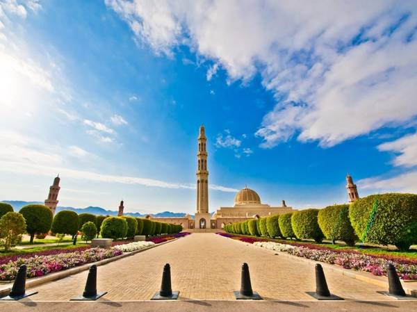 Oman: Cũng giống Iran, Oman đang bùng nổ các khách sạn hạng sang. Majarat là công viên giải trí có kinh phí xây dựng 120 triệu USD sẽ mở cửa năm 2017. Du khách đến Oman không thể bỏ qua các nhà thờ Hồi giáo trên nền núi non tuyệt đẹp. Ảnh: Pixeless/ iStock.