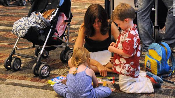 Chuẩn bị đồ chơi gọn nhẹ cho trẻ - Ảnh: CNN