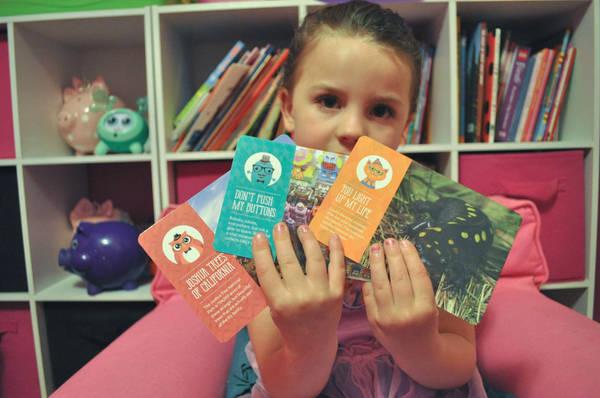 Khuyến khích trẻ viết bưu thiếp khi đi du lịch - Ảnh: minitime.com