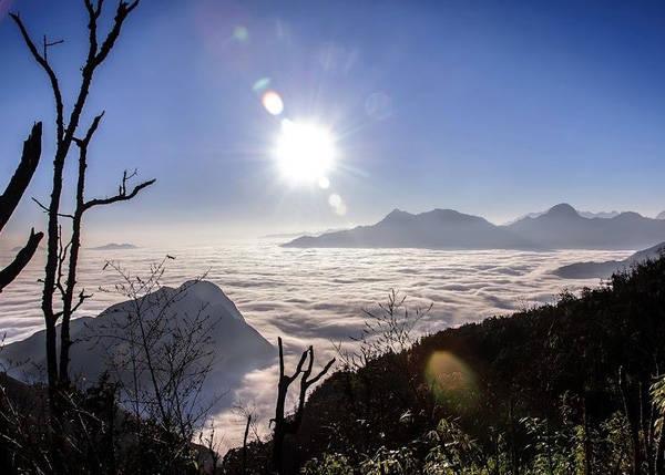 Cả không gian trên dãy Bạch Mộc Lương Tử chỉ toàn mây trắng xóa, bồng bềnh. Cảm giác đứng trên đỉnh núi, chiêm ngưỡng đại dương mây này sẽ là khoảnh khắc đáng nhớ trong cuộc đời. Ảnh: Núi Muối Bạch Mộc Lương Tử
