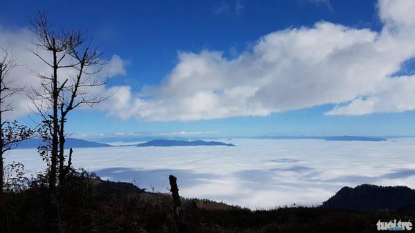 Núi Lảo Thẩn được biết đến là nóc nhà Y Tý, Lào Cai. Đây là một điểm du lịch trekking mới ở Lào Cai được các phượt thủ chuyên nghiệp phát hiện ra. - Ảnh: Lê Hồng Thái