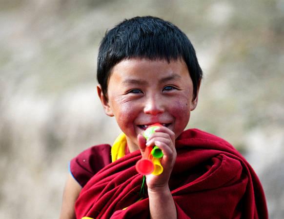 Một lama nhỏ tuổi ở Tây Tạng.
