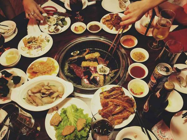 6-dia-chi-buffet-ngon-day-dan-gia-duoi-350-nghin-de-tu-tap-cuoi-nam-o-ha-noi-ivivu-13