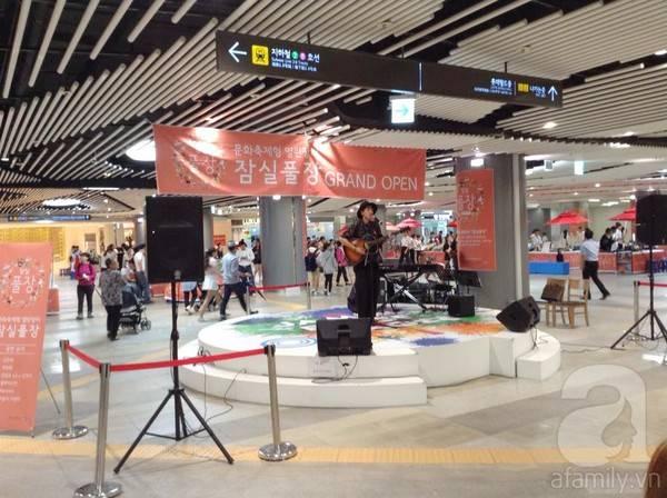 Music performance at Korean subway station.