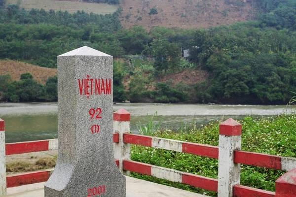 Cột mốc 92 - Lũng Pô là một trong những nơi không ai tới xã Y Tý, huyện Bát Xát mà không ghé qua một lần. Đây là ngã 3 nơi sông Nguyên Giang (Trung Quốc) gặp dòng Lũng Pô trên đất Việt Nam, hòa mình vào nhau và chảy vào đất Việt với tên gọi sông Hồng. Đây cũng là nơi có mốc 92 biên giới Việt Nam - Trung Quốc. Ảnh: Hương Chi.