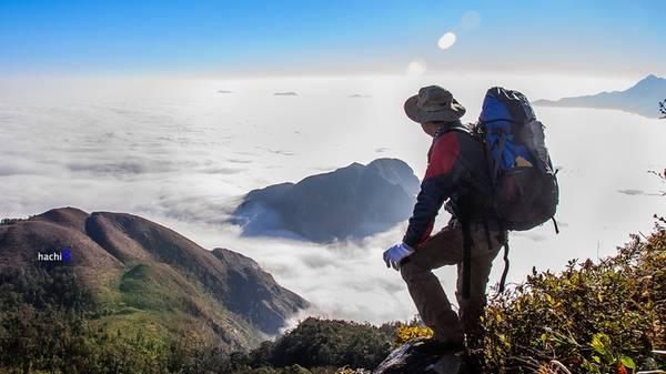 Ky Quan San hay còn gọi là Bạch Mộc Lương Tử, có độ cao 3.046 m là đỉnh núi cao nhất trong dãy núi cùng tên nằm trên địa phận thôn Ky Quan San, xã Sàng Ma Sáo. Trên đường chinh phục Ky Quan San, ngoài được thử sức mình với những chặng leo núi hiểm trở, du khách còn được hòa mình vào thiên nhiên, núi rừng Tây Bắc với hệ sinh vật phong phú và đa dạng. Biển mây bồng bềnh luôn làm thỏa mãn những người đã bỏ nhiều công sức leo được tới đỉnh. Ảnh: Hachi8.