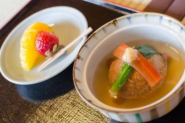 Các món ăn Nhật luôn sử dụng nguyên liệu theo mùa để đem tới hương vị đại diện của từng giai đoạn cho thực khách. Ngoài ra, đầu bếp Nhật luôn quan tâm tới tính thẩm mỹ, để mỗi món ăn đều trông như một tác phẩm nghệ thuật.