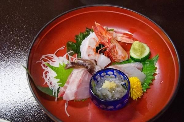 Người Nhật thường ưa những món ăn thanh đạm nên hạn chế sử dụng tỏi, hạt tiêu và dầu mỡ. Với những món chiên như tempura, lớp bột yêu cầu phải thật mỏng để giảm tối đa việc hút dầu.