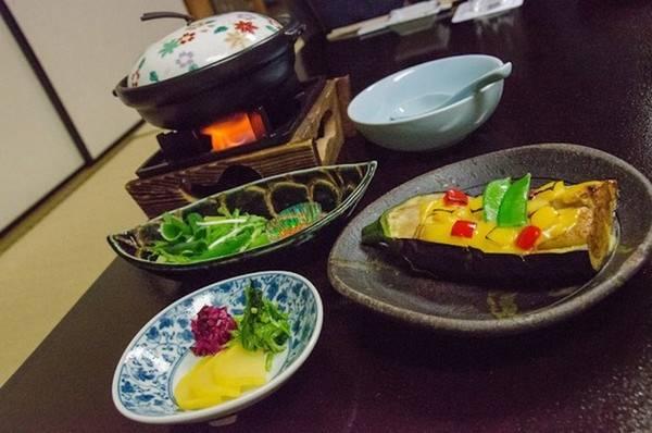 Các bữa ăn Nhật thường có rất nhiều loại rau, nhưng lại khó để tìm ra một bữa ăn chay toàn bộ. Đó là do truyền thống sử dụng nước dùng từ cá và rắc thêm vụn cá ngừ khô để tăng hương vị.