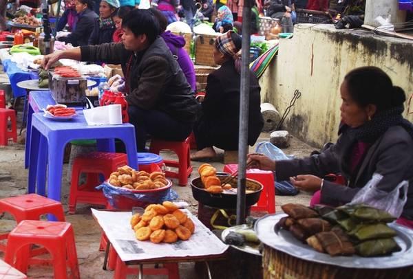 Ăn quà vặt Từ 7h sáng mọi người đã dọn hàng khắp các góc chợ Bắc Hà. Khi vào bằng lối chính du khách sẽ gặp ngay những hàng quà bánh bày bán ở hai bên đường cũng như trong chợ. Các loại bánh ăn vặt ở chợ phiên Bắc Hà đều có giá dưới 5.000 đồng.