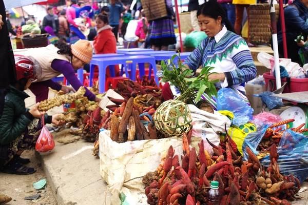 Mua thảo dược, cây thuốc quý Các loại cây thuốc như tam thất, ba kích, hà thủ ô... được người dân địa phương thu hoạch từ khắp nơi trong vùng đem về chợ phiên bán rất nhiều, nên du khách cũng có thể tìm mua để dùng hay đem về làm quà tặng bạn bè, gia đình.