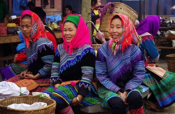 Trò chuyện, chụp ảnh với người bản địa Họ là những cô, bác mỗi tuần chỉ có một dịp đi chợ phiên để xúng xính áo quần đẹp, mua sắm cũng như buôn bán các mặt hàng sẵn có. Du khách cả trong và ngoài nước đều thích thú khi được tìm hiểu đời sống cũng như có cơ hội chụp ảnh, giao lưu với người bản địa.