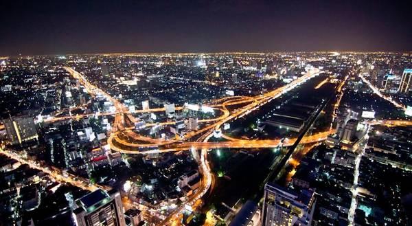 Với lợi thế là một trong những tòa nhà cao nhất tại Thái Lan, nên lưu trú tại đây du khách sẽ được trải nghiệm nhìn ngắm Bangkok từ trên cao một cách trọn vẹn nhất.
