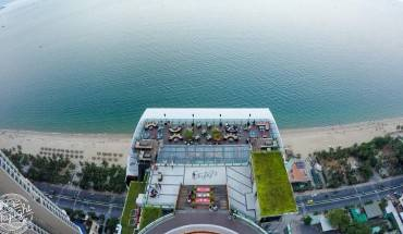 Top-3-rooftop-pool-bar-check-in-song-ao-bao-lung-linh-cho-gioi-tre-ivivu-9