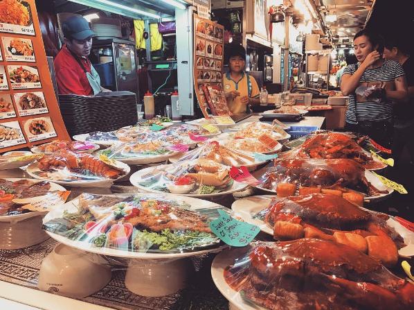 Các món ăn được bày bán tại khu ẩm thực Makansutra Gluttons Bay. Ảnh:@inakimj