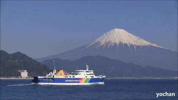 1. Đừng đi tàu: Vé tàu thường khá đắt và không cần thiết. Thay vào đó, bạn có thể đi máy bay giá rẻ, phà và xe bus. Các hãng hàng không như Vanilla Air hay Peach có thể đưa bạn tới những thành phố lớn với giá khoảng 3.000 yên một chiều. Các chuyến phà đêm như Sunflower (chạy từ Osaka tới Beppu) có chỗ ngủ và tiệc trên boong tàu. Tương tự, các chuyến bus đêm đều có giá phải chăng. Ảnh: Yochan.