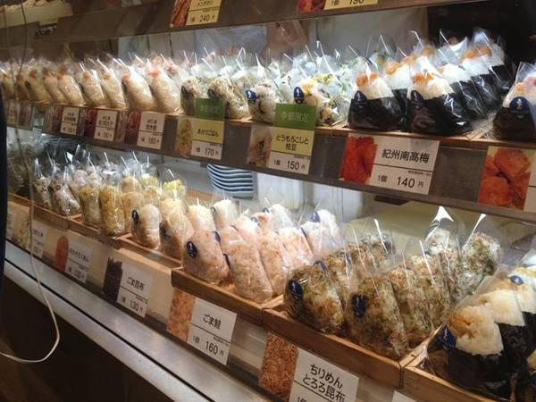 10. Ăn tại cửa hàng tiện lợi: Các cửa hàng như 7-Eleven bán món ăn giá rẻ, từ cà phê tới cơm, cùng các đồ dùng cơ bản dùng cho leo núi, du lịch. Ảnh: Yokosukafoodcorner.