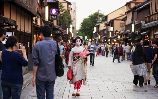 11. Thể hiện sự tôn trọng: Người Nhật là một cộng đồng đoàn kết, do đó người nước ngoài thường khá nổi bật. Bạn có thể hòa hợp hơn bằng cách làm theo một số quy tắc chung ở đây như nói nhỏ khi ở trên tàu, không nài nỉ các geisha chụp ảnh chung… Bạn sẽ dễ dàng học được từ những người địa phương. Họ luôn sẵn lòng giúp bạn có một chuyến đi đáng nhớ. Ảnh: Justinjapan.