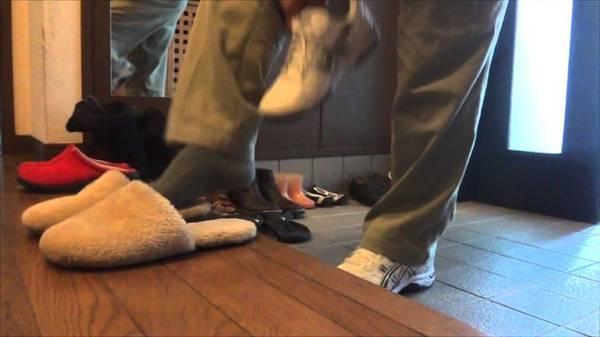3. Chuẩn bị tất chân: Tại Nhật Bản, bạn sẽ thường xuyên phải cởi giày khi vào trong nhà, đền hay nhà hàng truyền thống. Do đó, hãy chú ý đi tất sạch và lành lặn. Ảnh: Japanonline.