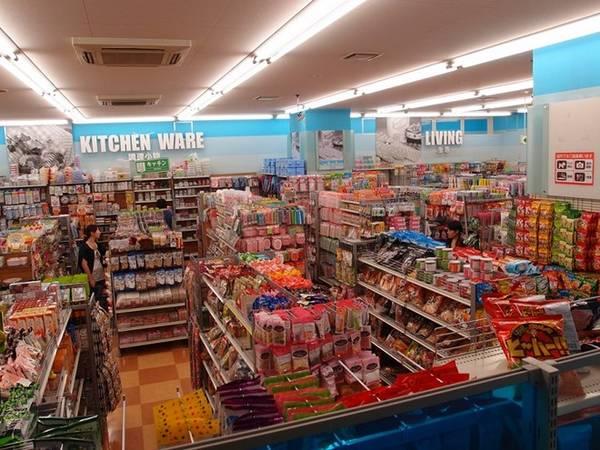 4. Mua hàng ở Daiso: Khi cần đồ dùng hay muốn mua đồ lưu niệm giá rẻ, bạn có thể tới một trong hơn 3.000 cửa hàng Daiso nằm rải rác khắp nước Nhật. Phần lớn mặt hàng ở đây có giá dưới 100 yên. Ảnh: Planetyze.