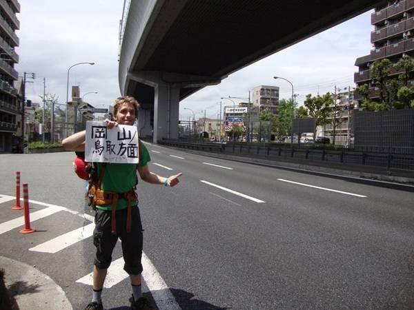 9. Đi nhờ xe: Người dân địa phương thường sẵn lòng cho du khách nước ngoài đi nhờ để thực hành tiếng Anh. Hình thức đi lại này khá an toàn nhờ lòng tốt của người Nhật. Bạn chỉ cần chuẩn bị tinh thần trò chuyện hoặc tặng họ một vài món quà nhỏ để cảm ơn. Ảnh: Shenanigans in Japan.