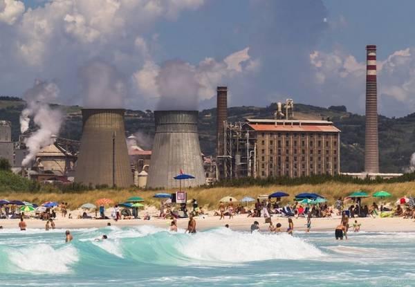Nhà máy hoá chất Solvay chuyên sản xuất các hoá chất cơ bản như sodium carbonate, bicarbonate, hydrogen peroxide, canxi clorua, và clo, với sản phẩm chính là natri cacbonat. Quá trình kết tủa sẽ để lại một hỗn hợp của canxi clorua và đá vôi mà sau đó chúng được xả trực tiếp ra biển. Ảnh: Flickr.