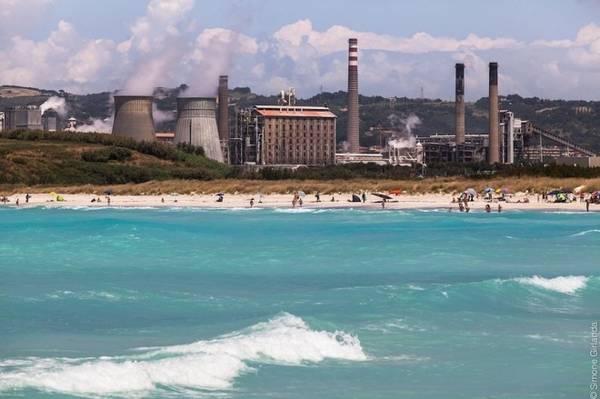 Theo thời gian, một bãi biển nhiệt đới tuyệt đẹp ra đời, lẫn trong đó là nhiều hoá chất độc hại như thủy ngân, asen, cadimi, crom, chì và ammonia. Theo báo cáo của Liên Hợp Quốc về môi trường biển năm 1999, Spiagge Bianche là một trong 15 khu vực ven biển ô nhiễm nhất Địa Trung Hải. Ảnh: Flickr.