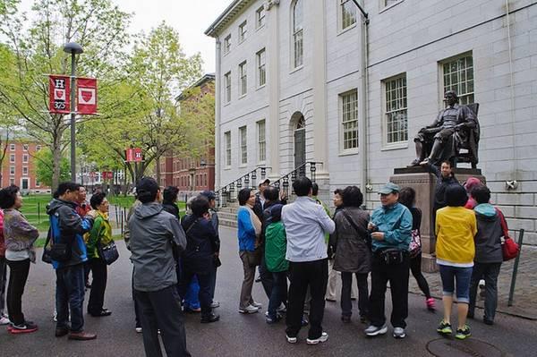 Hầu như năm nào đại học Harvard cũng thu hút đông đảo du khách trong nước và quốc tế, những người mong muốn tìm hiểu cơ hội học tập đầy hứa hẹn cho con cái thông qua hành trình Harvard University Campus Tour. Ảnh: Cambridge.