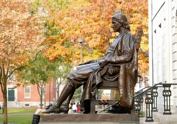 Du khách đến với Harvard đều phải ghé thăm bức tượng John Harvard, vốn được xem như tượng đài tưởng nhớ người sáng lập ngôi trường. Nhiều sinh viên thường xoa vào mũi giày của tượng để lấy may trước mỗi kỳ thi, hoặc cầu mong một ngày nào đó sẽ được nhận vào trường. Ảnh: Lifestyle Magazine.
