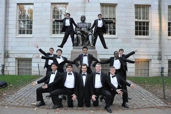 """Tuy nhiên, trên thực tế, nhiều sinh viên vẫn hay gọi đây là """"bức tượng dối trá"""". Thứ nhất, Giáo sĩ John Harvard không phải là người đã sáng lập ra ngôi trường, mà chỉ là một nhà hảo tâm xây dựng nên Harvard những ngày đầu. Thứ hai, bức tượng không phải chân dung thực sự của vị """"mạnh thường quân"""" do không có tấm ảnh nào của ông còn sót lại. Thay vì thế, các nhà điêu khắc đã sử dụng chân dung một sinh viên đẹp trai trong trường tên Sherman Hoar làm mẫu thay thế. Ảnh: bernews."""