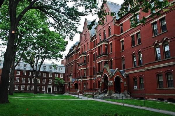 Harvard là trường đại học lớn nhất nước Mỹ, toạ lạc tại thành phố Cambridge, bang Massachusetts. Trường được thành lập vào ngày 8/9/1636 với tên gọi New College. Sau đó, nó được đổi tên thành Harvard College vào năm 1639 theo tên của John Harvard, người đã hiến tặng 400 cuốn sách quý và 779 bảng Anh (tương đương một nửa số đất ông sở hữu lúc bấy giờ). Ảnh: Lifestyle Magazine.