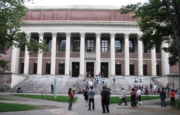 Widener là thư viện chính của trường, đặt theo tên của ông Henry Widener, cựu sinh viên Harvard và là một nhà sưu tập sách. Khi đang trên đường từ Anh trở về Mỹ, tàu của ông đã đâm vào tảng băng trôi, nhấn chìm mọi thứ xuống biển. Đó chính là con tàu Titanic huyền thoại. Sau khi Henry mất, mẹ của ông đã quyên góp toàn bộ số sách cho trường và chi thêm 3,5 triệu USD để xây dựng thư viện. Do số sách ngày càng nhiều, các kỹ sư phải đào thêm hầm chứa. Ước tính hiện có khoảng 3 triệu đầu sách đang nằm dưới lòng đất trong khuôn viên Harvard. Ảnh: Wikimedia.