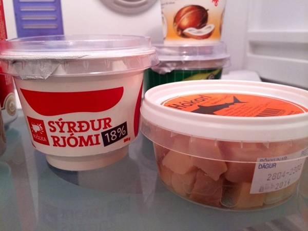 Ngày nay, hakarl vẫn được làm theo cách truyền thống và bày bán ở các cửa hàng tạp hóa khắp Iceland. Không chỉ đơn thuần là một món ăn, hakarl là niềm tự hào, là nét văn hóa của người dân nơi đây. Ảnh: Wanderlusty.
