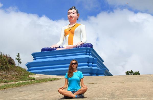 Trên đường xuống biển Sihanoukville và đi ngược lên cao nguyên Bokor, du khách sẽ đều bắt gặp bức tượng thờ thánh nữ Ya Mao khổng lồ tọa lạc bên đường. Với người Campuchia, Bokor được cai quản bởi thánh nữ Ya Mao, người phụ nữ gắn liền với truyền thuyết tìm chồng, bà được nhiều người dân Campuchia tôn kính khi được bà che chở trên những cung đường lên Bokor.Ảnh:@afterkampot