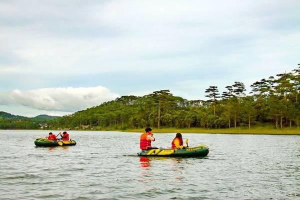 Khu vực hồ Tuyền Lâm gần đường hầm đất sét là địa điểm bắt đầu hành trình chèo thuyền cao su, để đến với khu rừng có hệ thực vật phong phú, đặc biệt là cây phong lá chuyển màu vàng, đỏ vào mùa thu, đông.