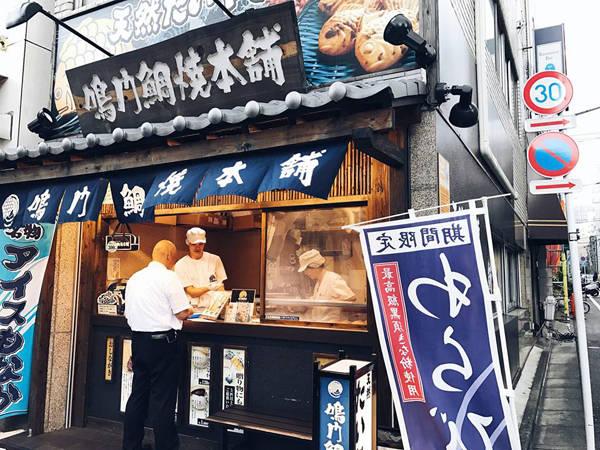 """Vốn là blogger làm đẹp khá có tiếng trên mạng xã hội nên Thúy không thể bỏ qua những cửa hàng, trung tâm thương mại chuyên về mỹ phẩm và thời trang. Tuy nhiên, chuyến đi này, cô nàng dành nhiều tình yêu hơn cho các món ăn đặc trưng ở đây. """"Ở Nhật thì phải nói rằng đồ ăn không thể nào mình chê được. Bất kỳ nơi đâu mình ăn cũng thấy ngon. Vốn dĩ mình rất thích đồ Nhật nên là càng thấy ngon"""", Thúy viết."""