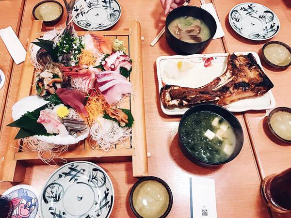Và dĩ nhiên là không thể bỏ qua món sushi huyền thoại. Thúy thưởng thức nhiều quán sushi trong 3 tuần lưu lại đất nước mặt trời mọc. Trong đó đáng nhớ nhất là quán sushi sang chảnh Kanesaka - top 5 những sushi ngon nhất Tokyo. Một người tới đây ăn phải trả tầm 300 USD (hơn 6 triệu đồng). Khách đến quán phải đặt trước và chỉ người Nhật mới đặt được.