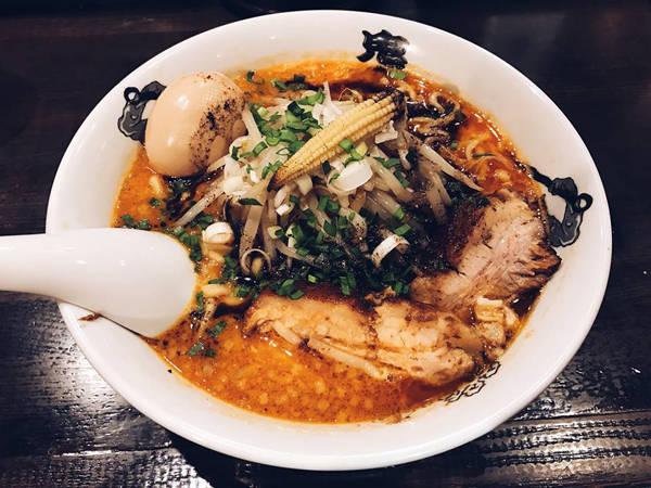"""Cô nàng bật mí: """"Tại Nhật bạn cứ thấy cửa hàng nào mà xếp hàng đông đông một chút thì nên cố gắng đứng đợi, vào ăn sẽ đảm bảo ngon. Khó có ở đâu dở lắm nên về khoản ăn uống tại Nhật các bạn cứ yên tâm nhé""""."""
